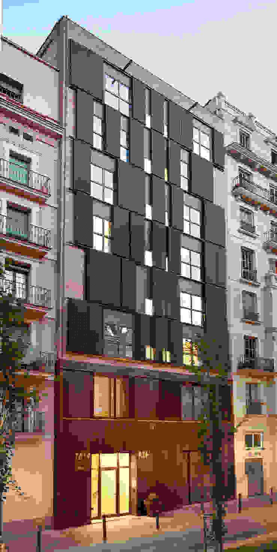 Reforma integral edificio plurifamiliar Casas de estilo moderno de SANTI VIVES ARQUITECTURA EN BARCELONA Moderno