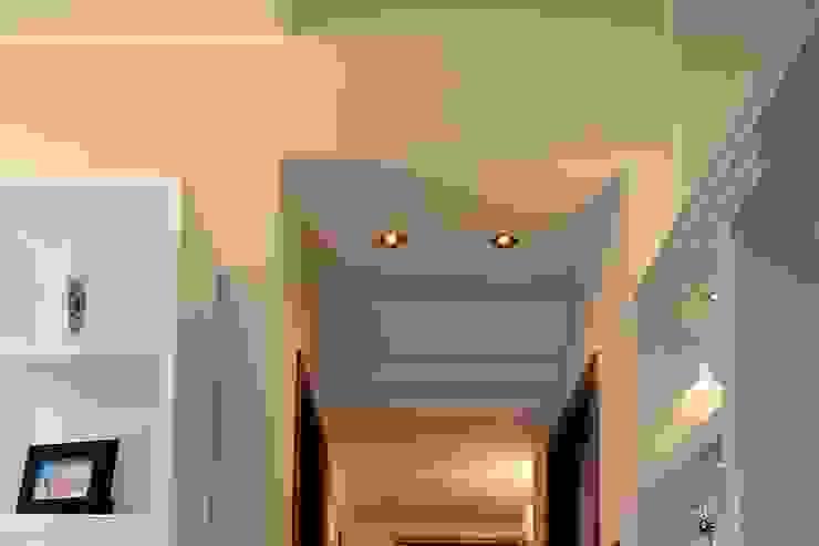 La <q>Faveur</q> Ingresso, Corridoio & Scale in stile moderno di Marco Maria Statella - Architect Moderno