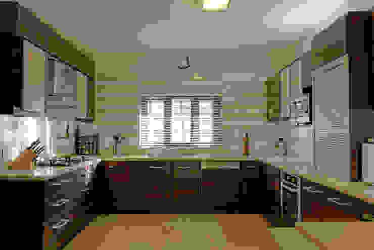 Jaya & Rajesh Cuisine moderne par Cozy Nest Interiors Moderne