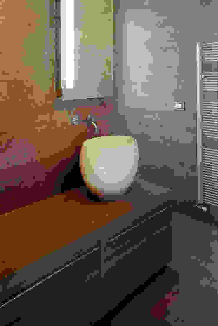 casa degli orti Bagno moderno di sinapsiarchitettura |giacomo airaldi architetto Moderno