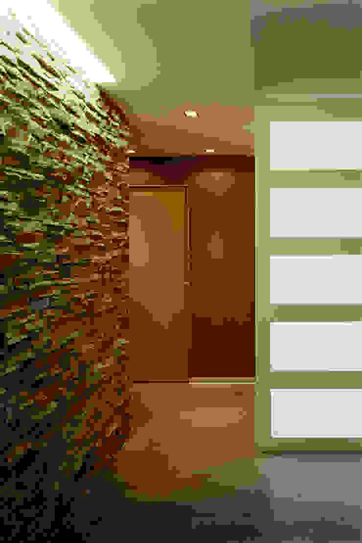 casa degli orti Ingresso, Corridoio & Scale in stile moderno di sinapsiarchitettura |giacomo airaldi architetto Moderno