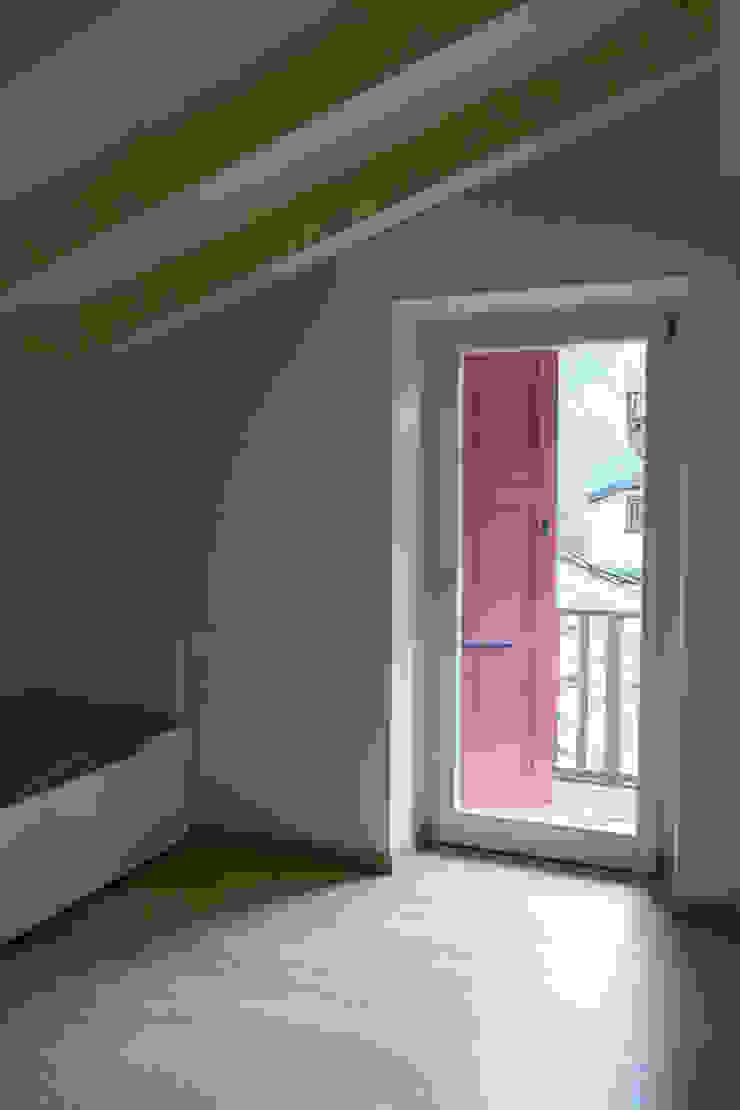 Villa Gheza Camera da letto moderna di Legnocamuna Case Moderno