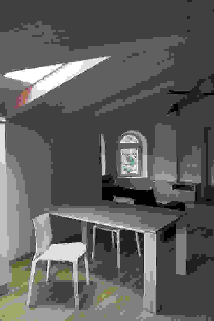 Villa Gheza Sala da pranzo moderna di Legnocamuna Case Moderno