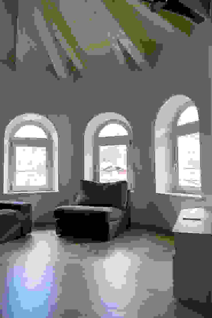 Villa Gheza Soggiorno moderno di Legnocamuna Case Moderno