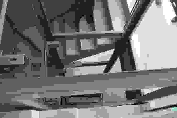 la costruzione del castelletto dell'elevatore interno di STUDIO PAOLA FAVRETTO SAGL Moderno