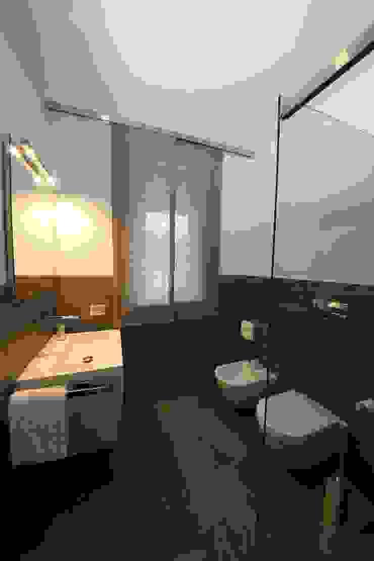 il bagno della camera degli ospiti Bagno moderno di STUDIO PAOLA FAVRETTO SAGL Moderno Ceramica