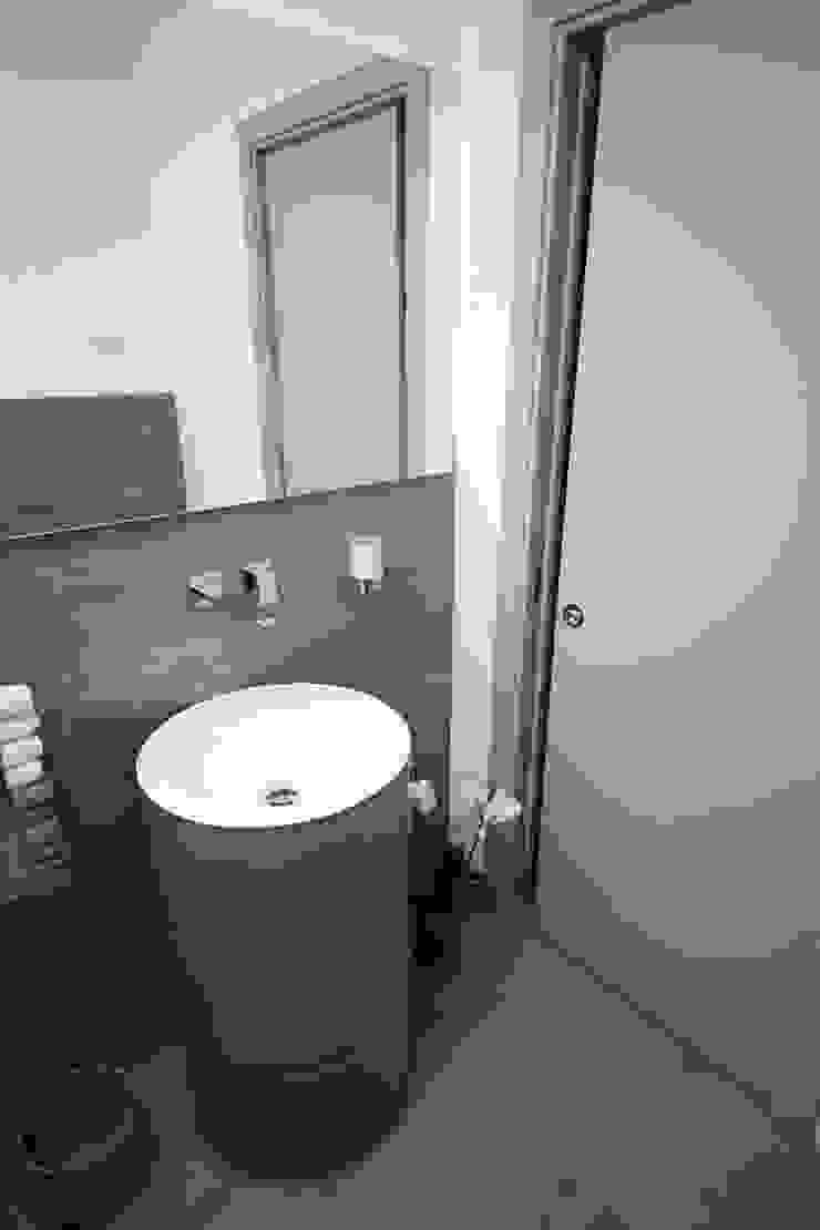 Il bagno di servizio, in ingresso Bagno moderno di STUDIO PAOLA FAVRETTO SAGL Moderno Ceramica