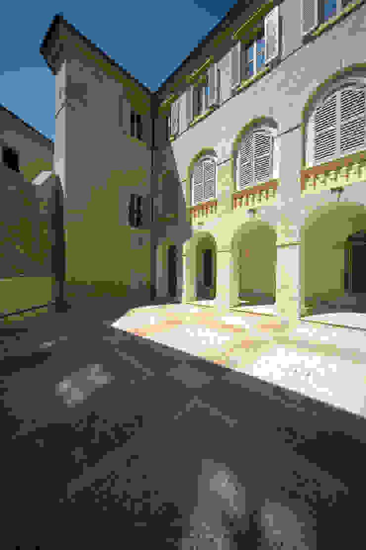 Restauro e risanamento conservativo di Palazzo Barilari Case classiche di MONDAINI ROSCANI ARCHITETTI ASSOCIATI Classico