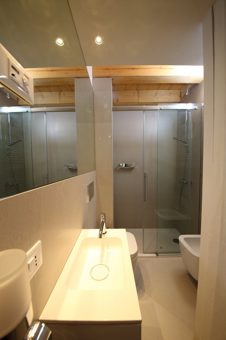 il piccolo bagno di servizio Bagno moderno di STUDIO PAOLA FAVRETTO SAGL Moderno Ceramica