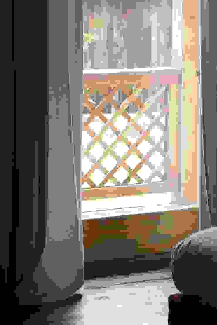 Contrasto di colori anche all'esterno Stanza dei bambini moderna di STUDIO PAOLA FAVRETTO SAGL Moderno Legno Effetto legno