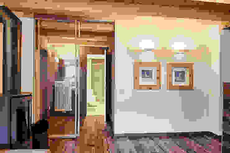 L'ingresso Ingresso, Corridoio & Scale in stile moderno di STUDIO PAOLA FAVRETTO SAGL Moderno Legno Effetto legno
