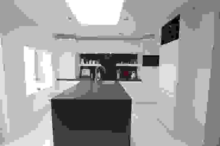 Westbourne Grove, Notting Hill, London Kitchen Кухня в стиле минимализм от Laura Gompertz Interiors Ltd Минимализм Плитка