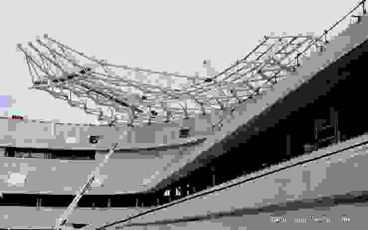 La charpente en construction Stades modernes par Wilmotte & Associés Moderne