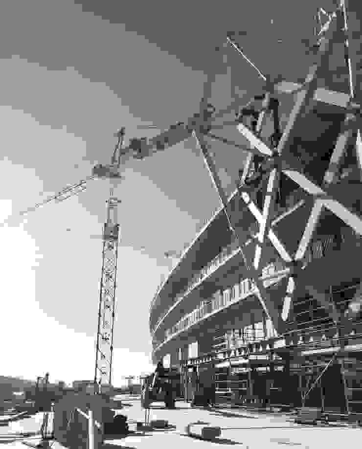 Le stade en construction Stades modernes par Wilmotte & Associés Moderne
