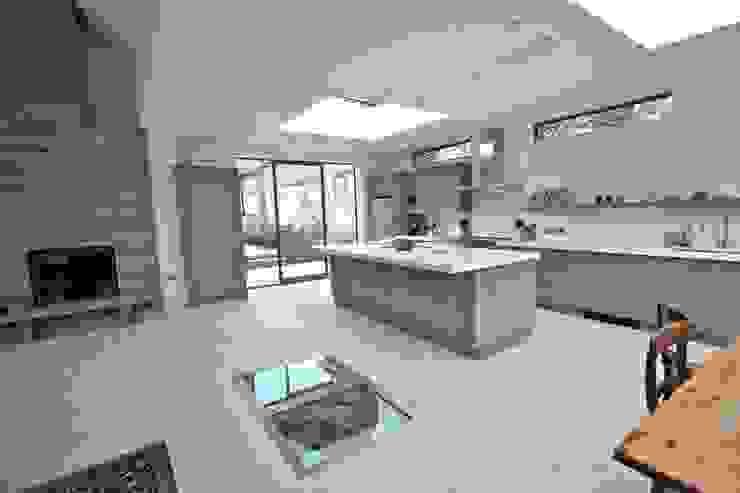 Brancaster, North Norfolk, UK Classic style kitchen by Laura Gompertz Interiors Ltd Classic Quartz