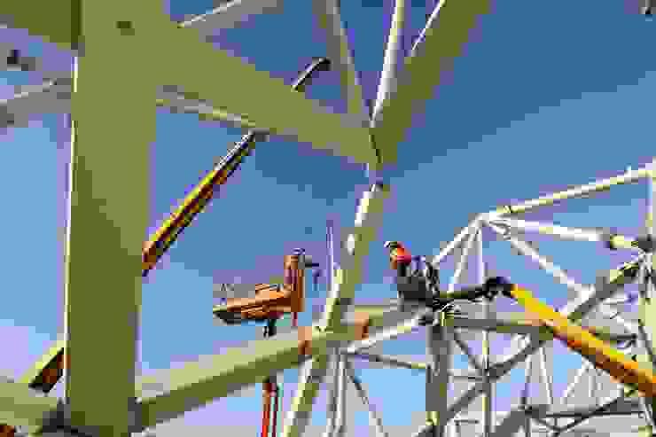 Détail de la charpente en construction Stades modernes par Wilmotte & Associés Moderne