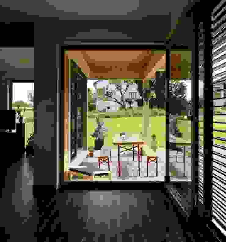 Terrasse vue du séjour Maisons modernes par Tangentes Architectes Moderne