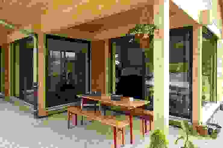 Terrasse abritée Maisons modernes par Tangentes Architectes Moderne