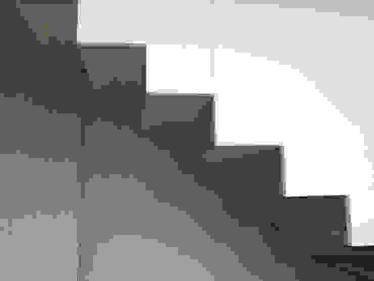 Architektonische Realisierung eines Hauses mit Energiefassade Ausgefallener Flur, Diele & Treppenhaus von boehning_zalenga koopX architekten in Berlin Ausgefallen