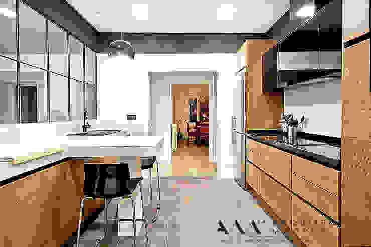 Eklektyczna kuchnia od Arquitectos Madrid 2.0 Eklektyczny