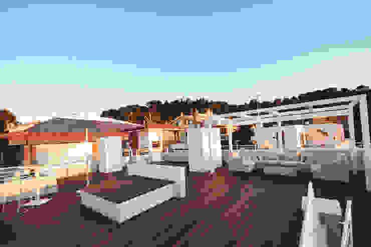 Terrazza del Notaio Balcone, Veranda & Terrazza in stile moderno di studio architettura battistelli roccheggiani Moderno