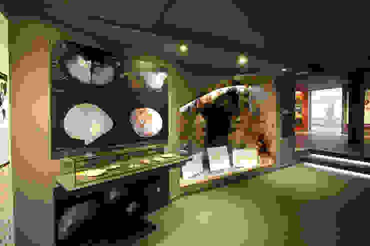 Perlart Shop&Museum Espacios comerciales de estilo ecléctico de xavier puyalto Ecléctico