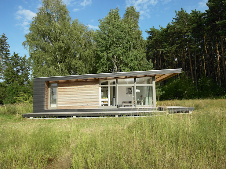 Prefabricated home by SOMMERHAUS PIU, Scandinavian Wood Wood effect