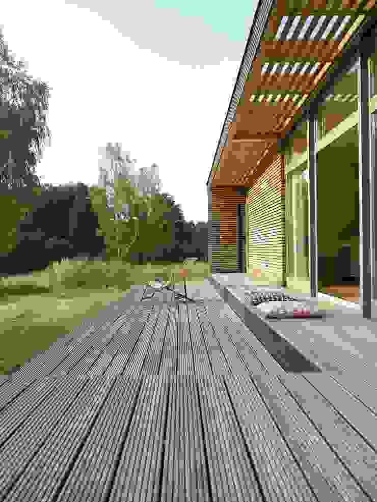 Terrasse / Terrace von SOMMERHAUS PIU - YES WE WOOD Skandinavisch Holz Holznachbildung