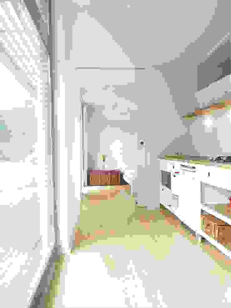 Skandynawska kuchnia od SOMMERHAUS PIU - YES WE WOOD Skandynawski Drewno O efekcie drewna