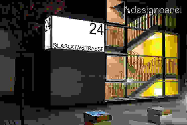 Leuchtschilder in einer Wohnanlage in Nürnberg: modern  von Designpanel - Elements for innovative architecture,Modern