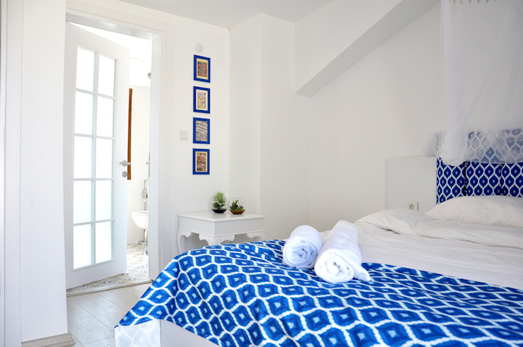 blue and white room by Aredeko Art & Design Eclectic