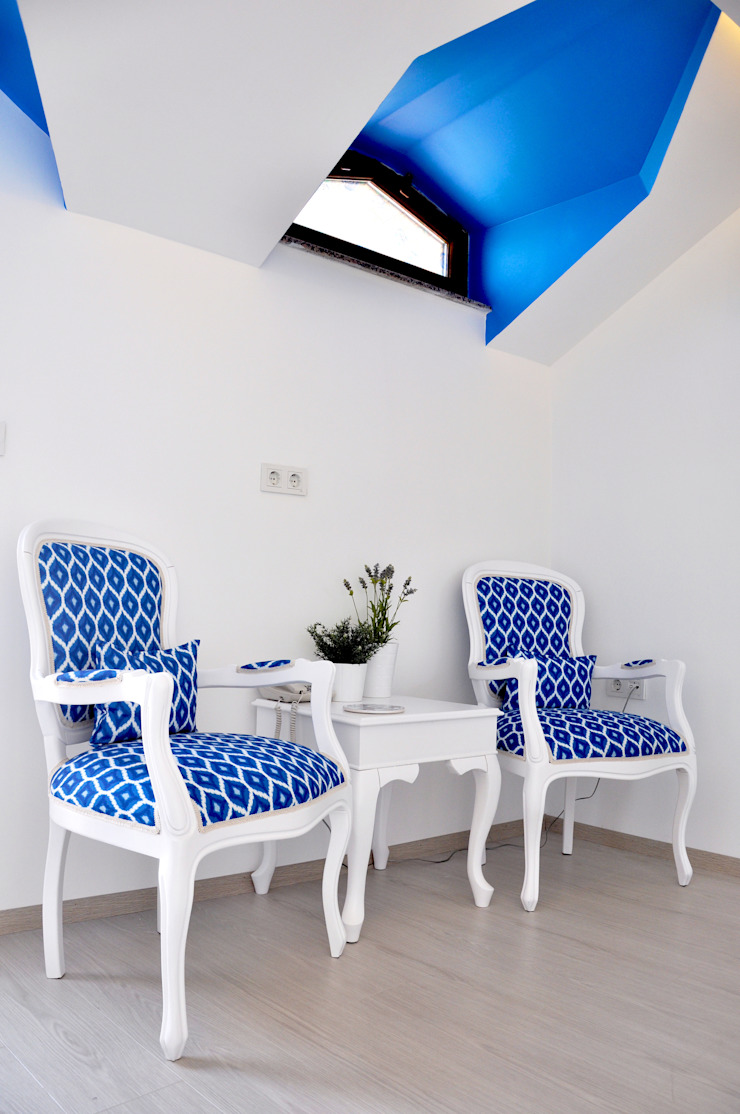blue and white Eclectic style hotels by Aredeko Art & Design Eclectic