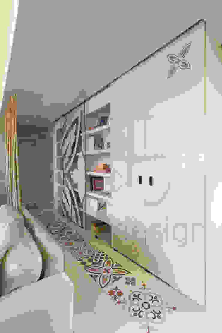 Görgülü Apartment/Akatlar Modern corridor, hallway & stairs by Pebbledesign / Çakıltașları Mimarlık Tasarım Modern