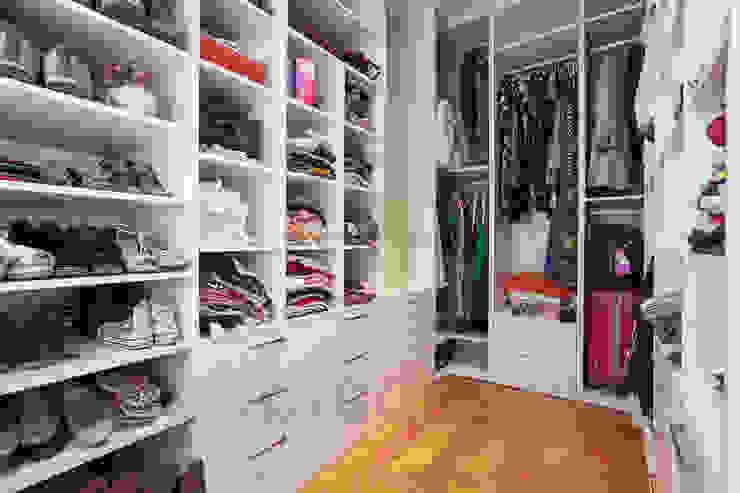 Görgülü Apartment/Akatlar Modern dressing room by Pebbledesign / Çakıltașları Mimarlık Tasarım Modern