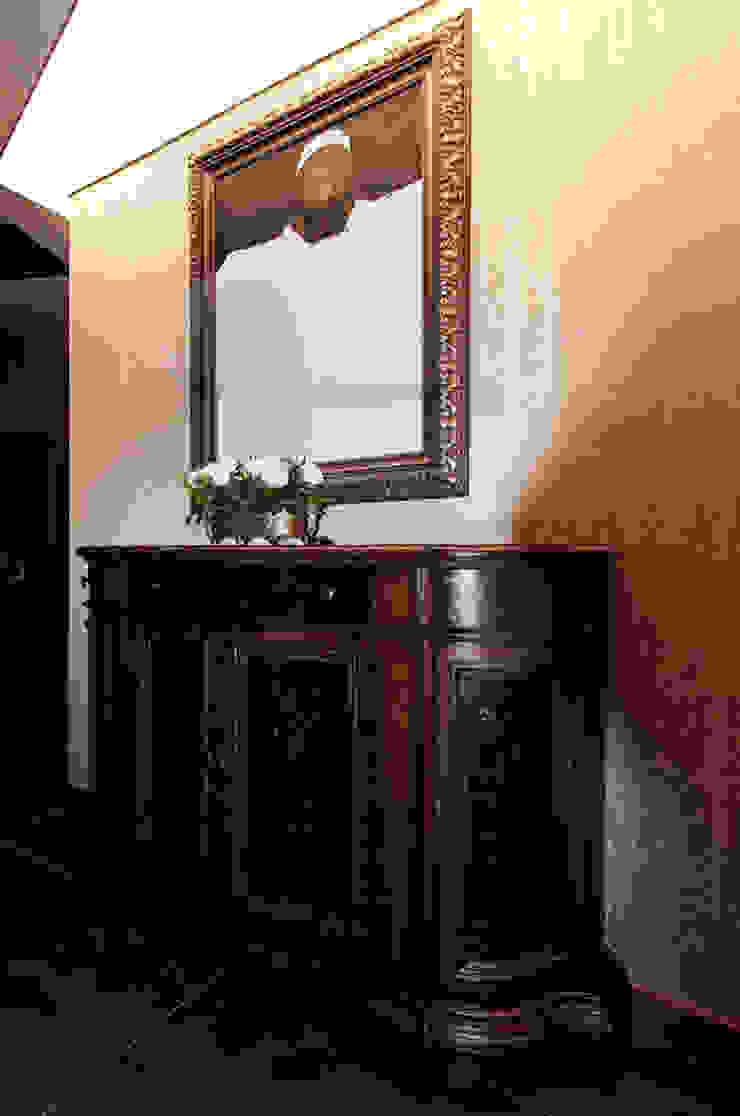 Müezzinoğlu Apartment/Selenium Panaroma Residence Classic style corridor, hallway and stairs by Pebbledesign / Çakıltașları Mimarlık Tasarım Classic