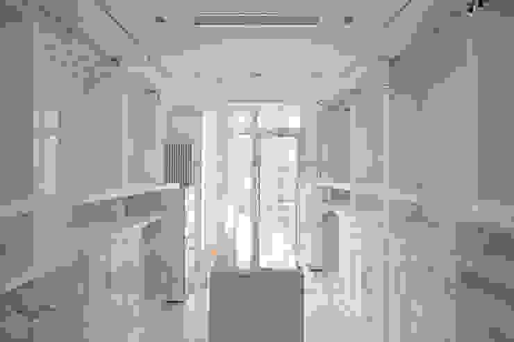 Müezzinoğlu Apartment/Selenium Panaroma Residence Modern dressing room by Pebbledesign / Çakıltașları Mimarlık Tasarım Modern
