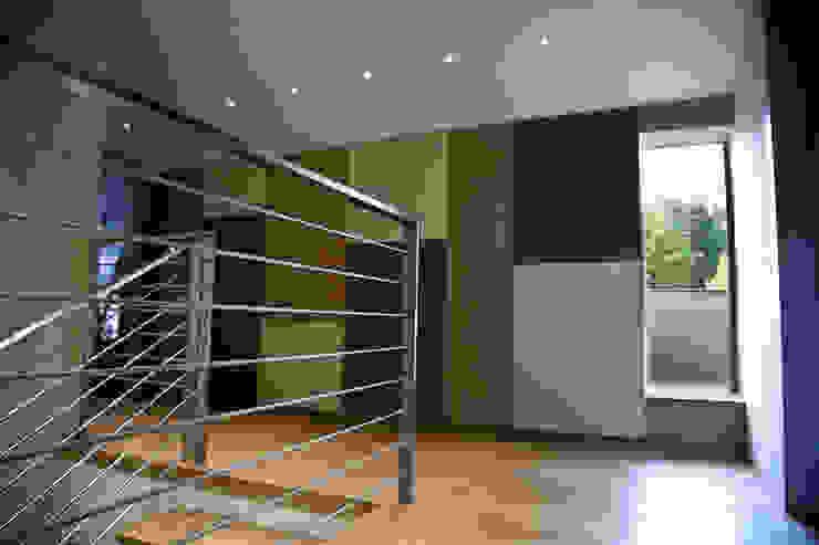 Scale e Disimpegno Soggiorno moderno di Studio 06 Moderno