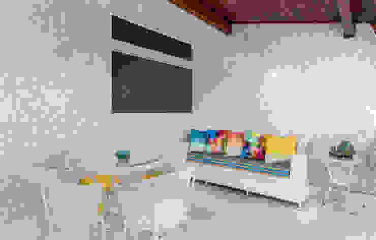 Varanda Varandas, alpendres e terraços tropicais por Milla Holtz & Bruno Sgrillo Arquitetura Tropical
