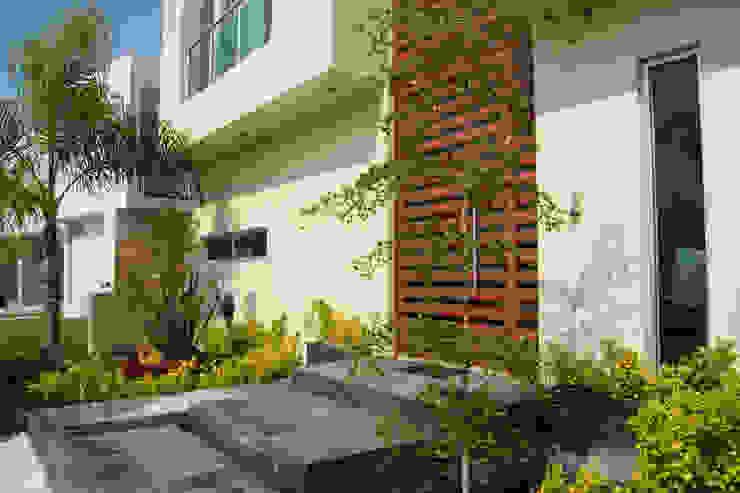 ENTRADA PRINCIPAL Casas minimalistas de GHT EcoArquitectos Minimalista