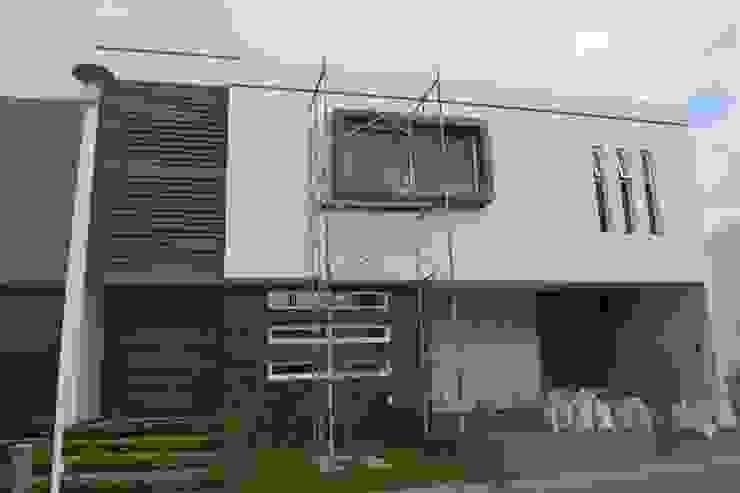 FACHADA EN PROCESO de GHT EcoArquitectos Minimalista