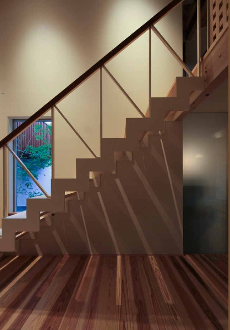 Asian corridor, hallway & stairs by 髙岡建築研究室 Asian