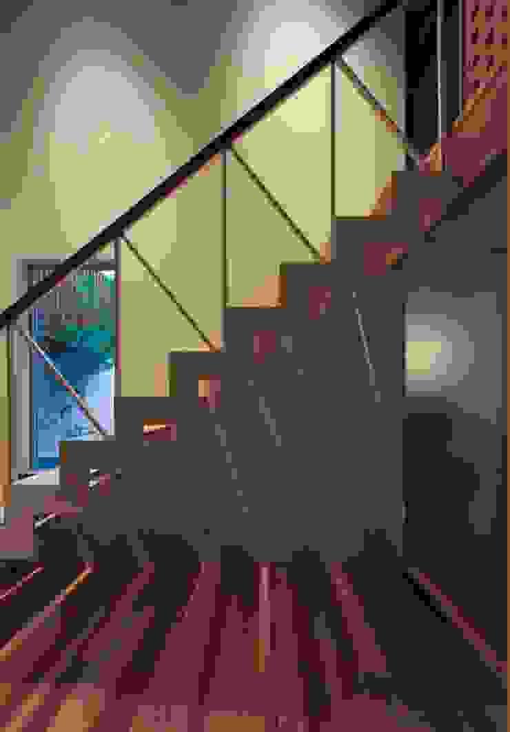 Corredores, halls e escadas asiáticos por 髙岡建築研究室 Asiático