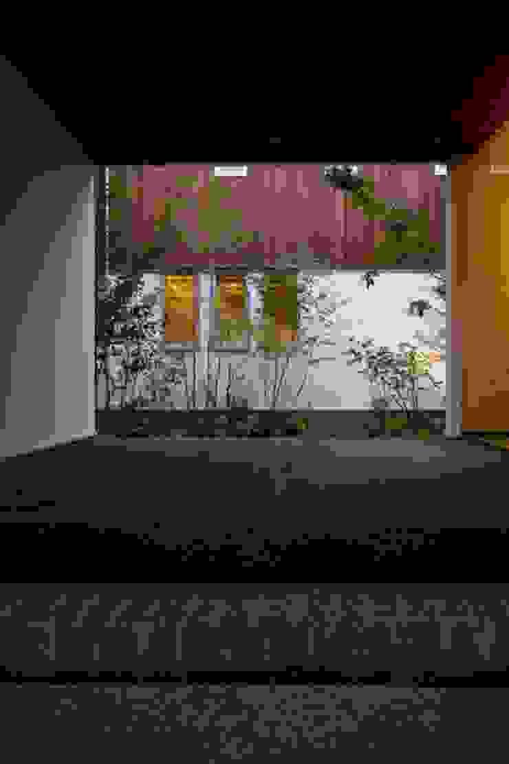 Jardins asiáticos por 髙岡建築研究室 Asiático