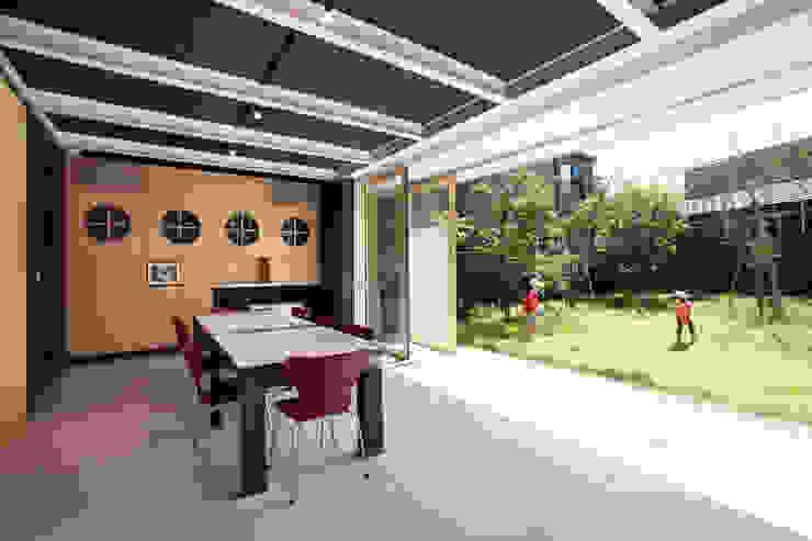 空を臨む家 モダンな庭 の 原 空間工作所 HARA Urban Space Factory モダン