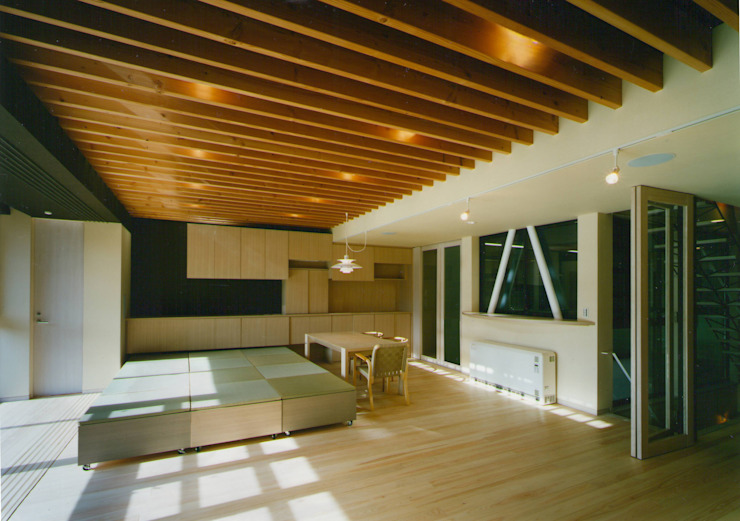 2階 家族のリビングダイニング: 原 空間工作所 HARA Urban Space Factoryが手掛けた現代のです。,モダン