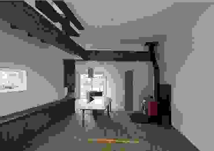 居間から食堂・台所を見る オリジナルデザインの リビング の 株式会社 mA建築計画工房 オリジナル