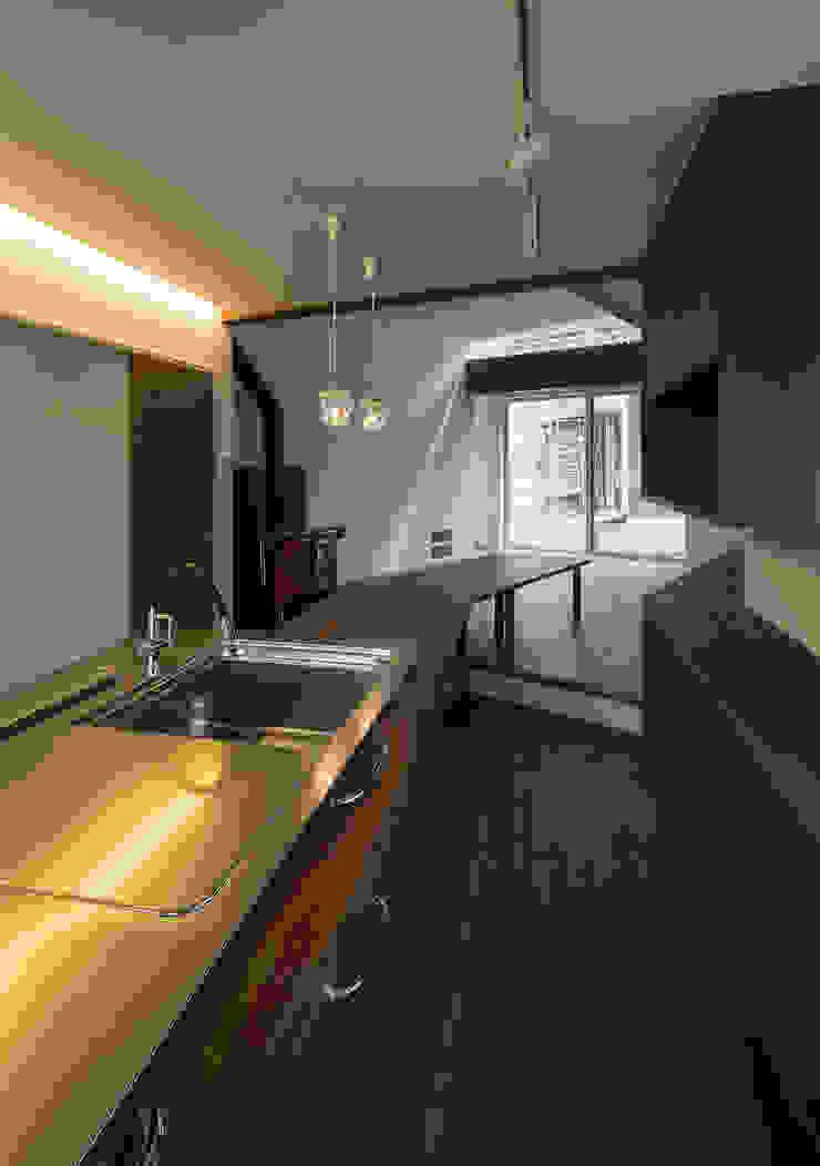 台所から食堂・居間を見る オリジナルデザインの キッチン の 株式会社 mA建築計画工房 オリジナル