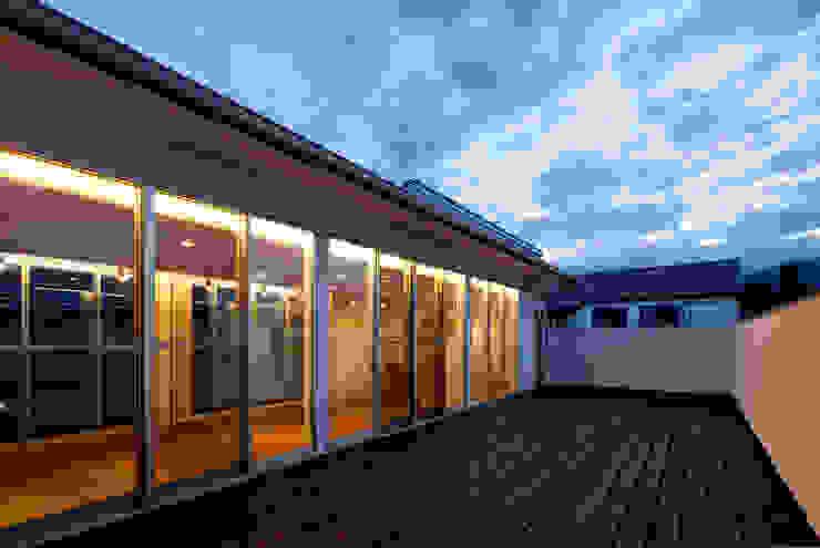 ベランダより居間を見る オリジナルな 家 の 株式会社 mA建築計画工房 オリジナル