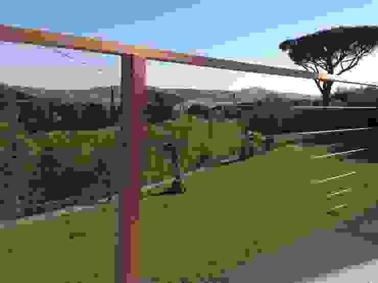 Garde corps au design contemporain et aux lignes architecturales épurées. Balcon, Veranda & Terrasse modernes par Made in Bois Moderne