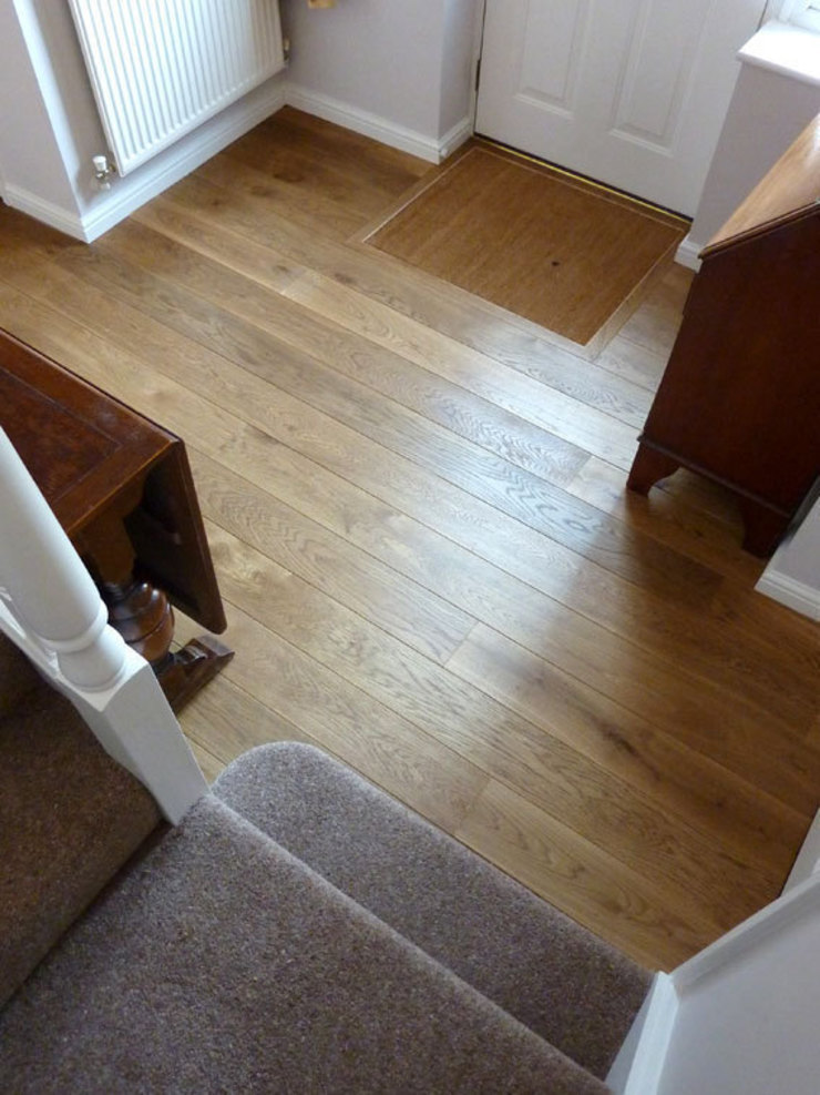 Smoked solid French oak flooring fitted in Cambridge por Fine Oak Flooring Ltd. Campestre